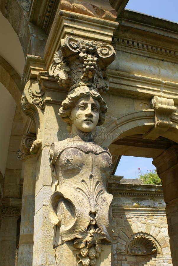 Kobiety rzeźba archway przy Hever kasztelu ogródem w Kent, Anglia obrazy royalty free