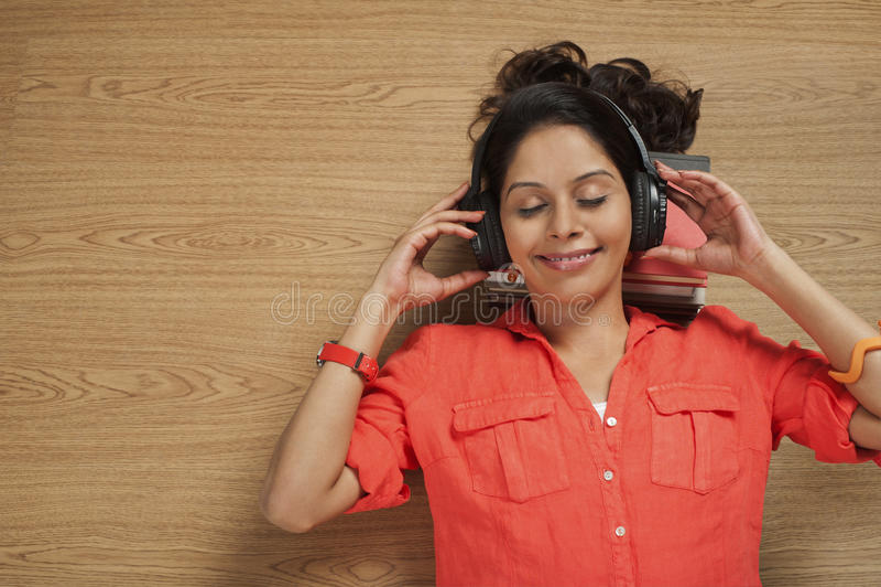 Kobiety słuchająca muzyka na hełmofonach fotografia royalty free