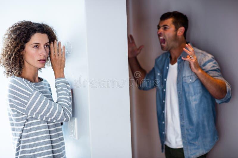 Kobiety słuchanie obsługiwać krzyczeć obraz royalty free