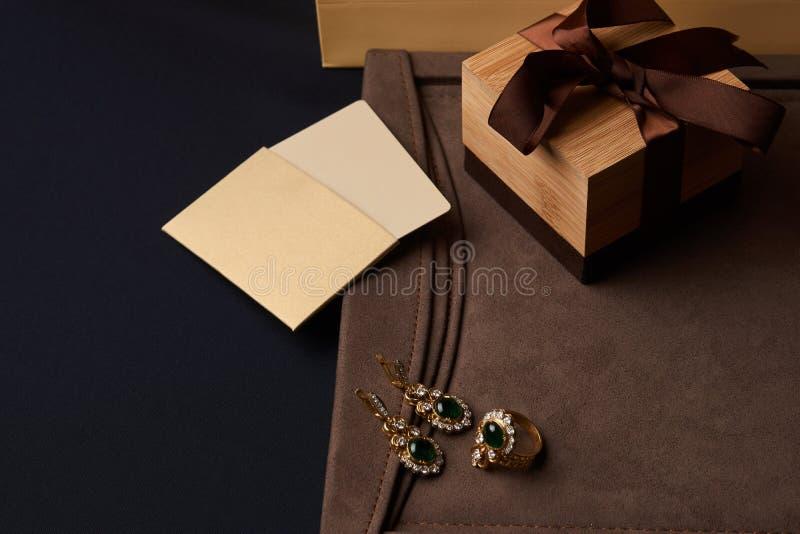 Kobiety ` s biżuterii diamentowi kolczyki i pierścionek z zielonym szmaragdem zdjęcie stock