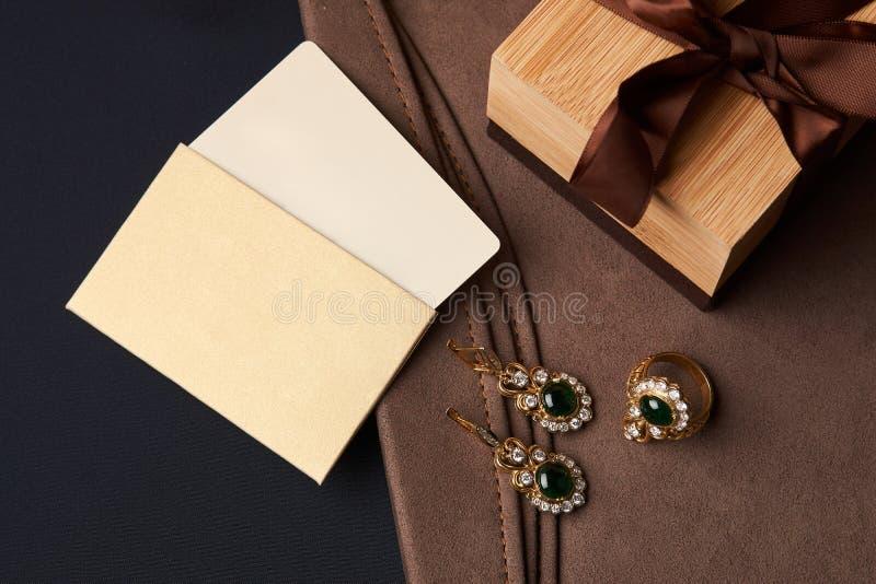 Kobiety ` s biżuterii diamentowi kolczyki i pierścionek z zielonym szmaragdem fotografia royalty free