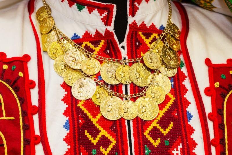 Kobiety ` s bluzka z kolorowym haftującym upiększający z kolią złociste monety zdjęcia royalty free