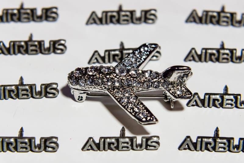 Kobiety ` s broszka w postaci samolotu na tle mały lapel przyczepia AEROBUS zdjęcia royalty free