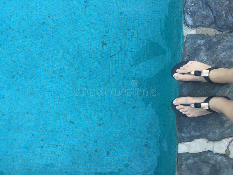 Kobiety ` s cieki na pływackiego basenu wypuscie zdjęcia royalty free