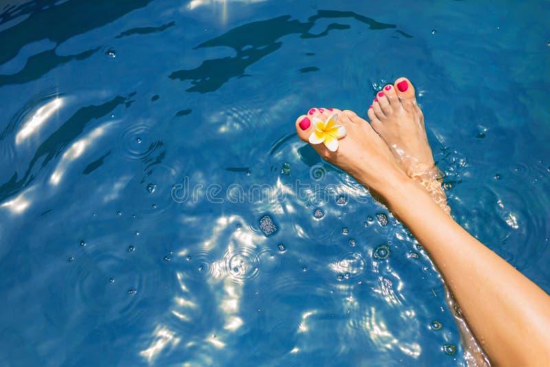 Kobiety ` s iść na piechotę na powierzchni błękitna basen woda obraz stock
