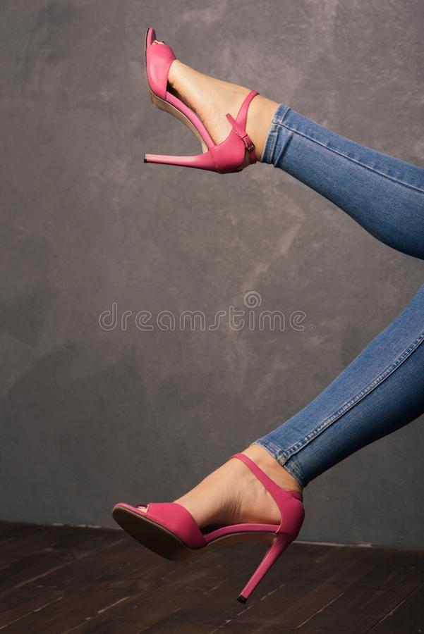 Kobiety ` s iść na piechotę w różowych sandałach z szpilkami w wnętrzu obraz stock