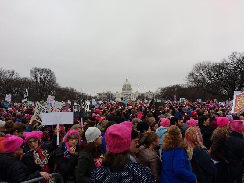Kobiety ` s Marzec na washington dc, protestujący Zbierał na Krajowym centrum handlowym, USA Capitol w odległości, usa zdjęcie stock