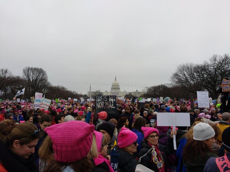 Kobiety ` s Marzec, protestujący Tłoczący się na Krajowym centrum handlowym, USA Capitol, To no Jest Normalnego plakata, washingt obraz royalty free