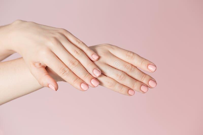 Kobiety ` s palce z menchia manicure'em obraz royalty free