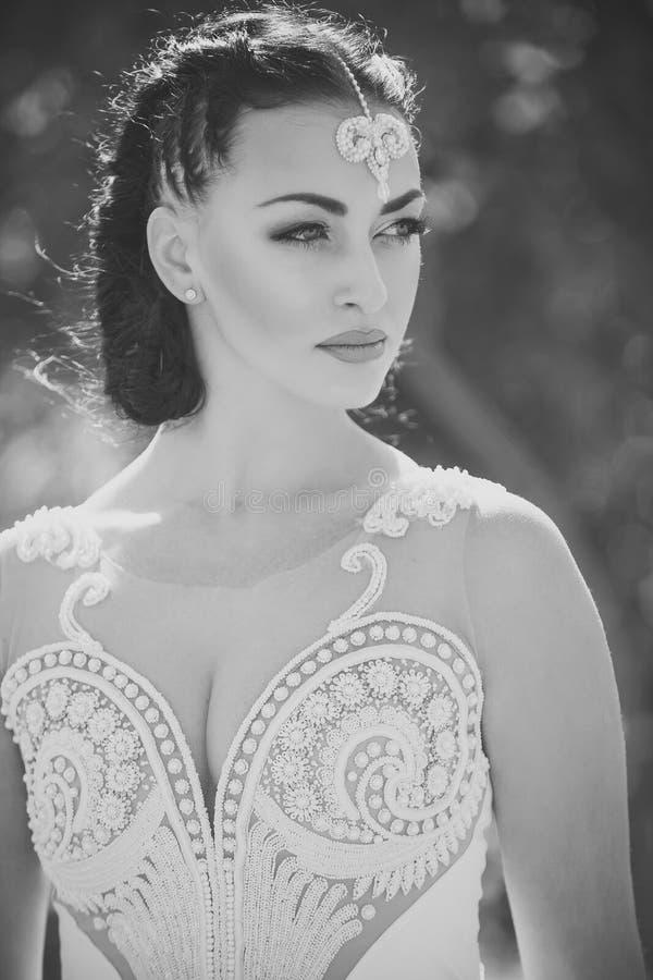 Kobiety ` s piękno Kobieta w białego seksownego rocznika ślubnej sukni zdjęcia stock