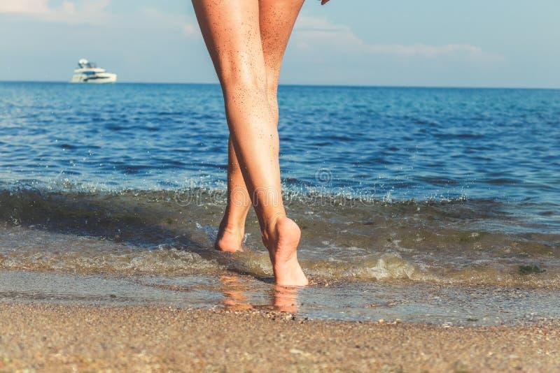 Kobiety ` s pi?kne seksowne nogi na pla?y zdjęcia royalty free