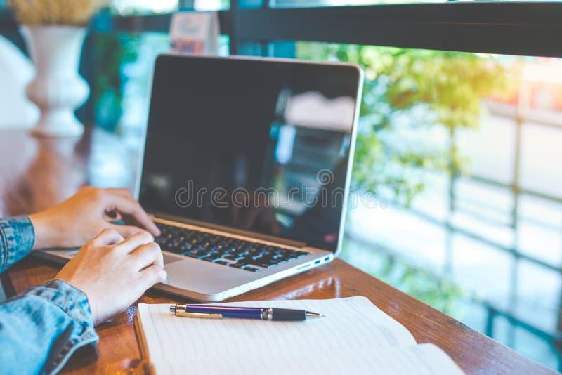 Kobiety ` s ręka pracuje na laptopie w biurze zdjęcia royalty free