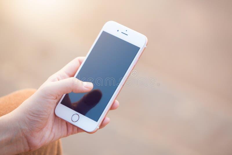Kobiety ` s ręka używać mądrze telefon obrazy royalty free