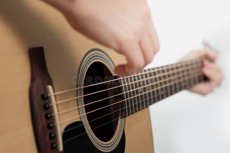 Kobiety ` s ręki bawić się gitarę akustyczną fotografia stock