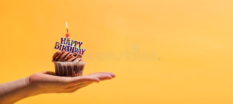 Kobiety ` s ręki mienie dekorował urodzinowy słodka bułeczka obrazy royalty free