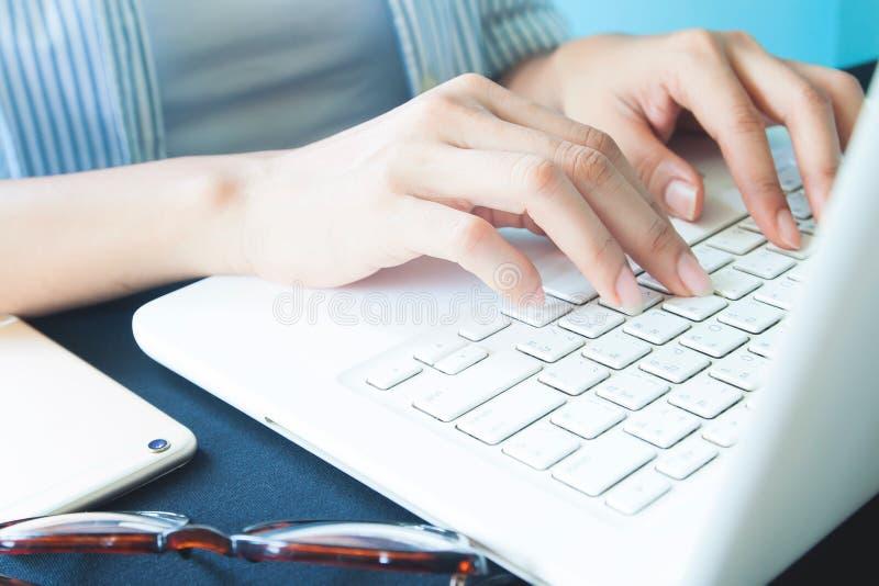 Kobiety ` s ręki na laptop klawiaturze, działanie, technologia o fotografia stock