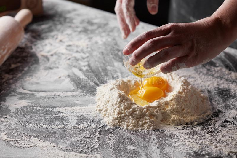 Kobiety ` s ręki są kulinarnym ciastem dla piec na kuchennym stole obrazy royalty free