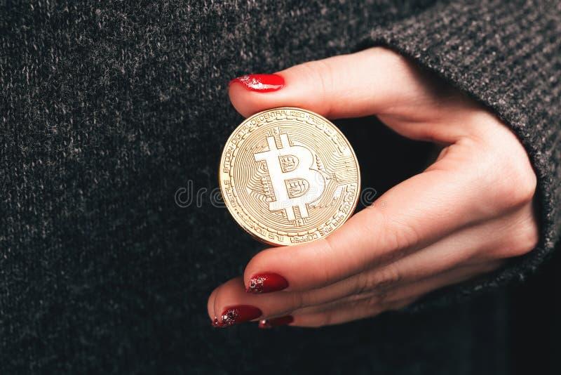 Kobiety ` s ręki z bitcoin obrazy stock