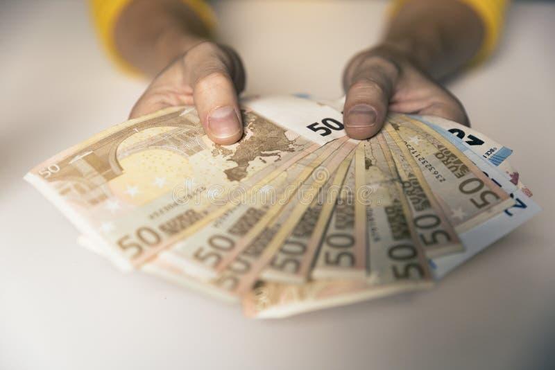 Kobiety ` s wręcza mieniu Europejskich Euro rachunki Gotówka, bogactwo, pieniądze c zdjęcie royalty free