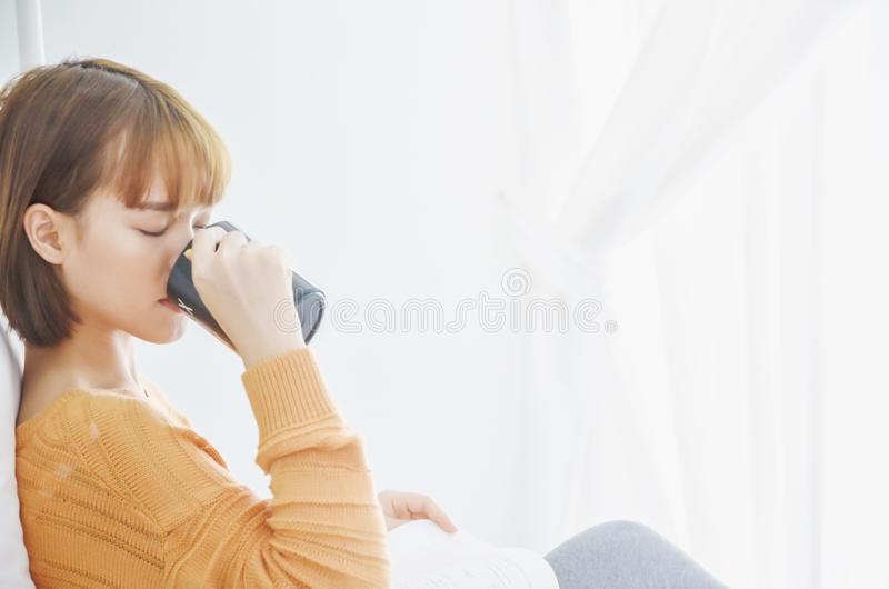 Kobiety siedzi czytelnicze książki i pije kawę obraz stock