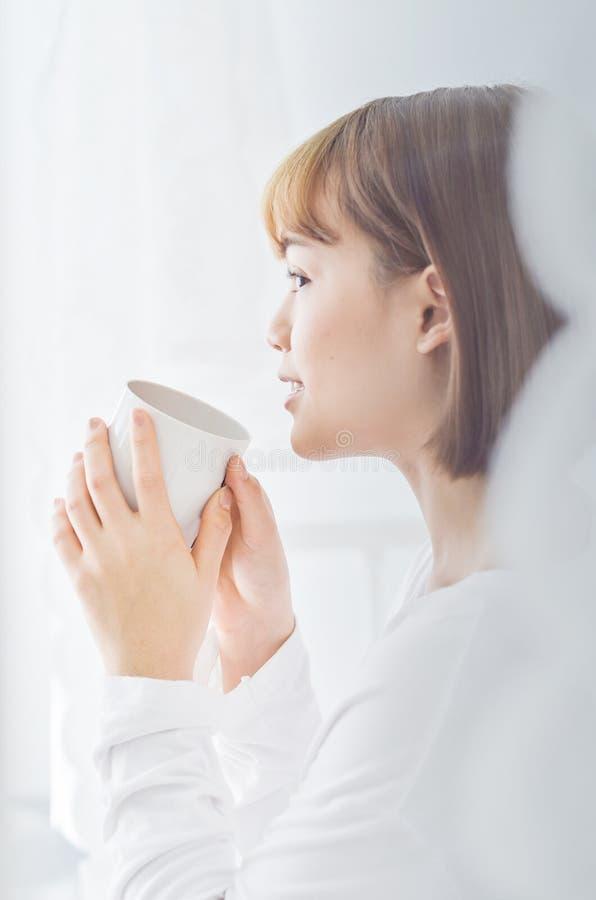 Kobiety siedzi czytelnicze książki i pije kawę zdjęcie stock