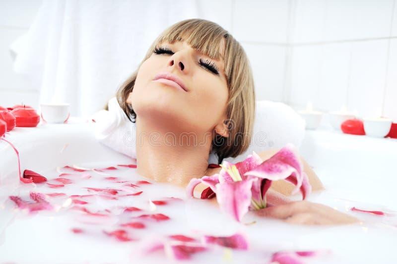 Kobiety skąpania kwiat fotografia stock