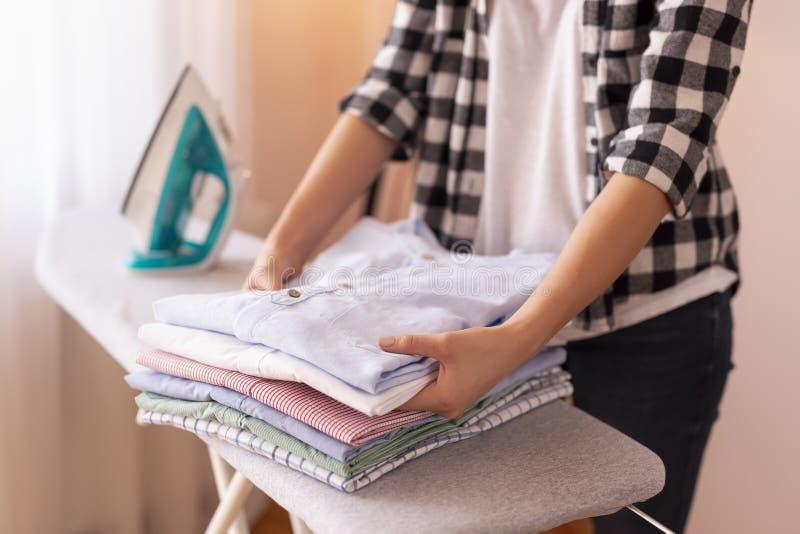 Kobiety składać czysty odziewa obrazy stock