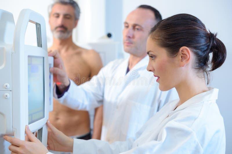 Kobiety skanerowania samiec doktorska półpostać zdjęcia royalty free