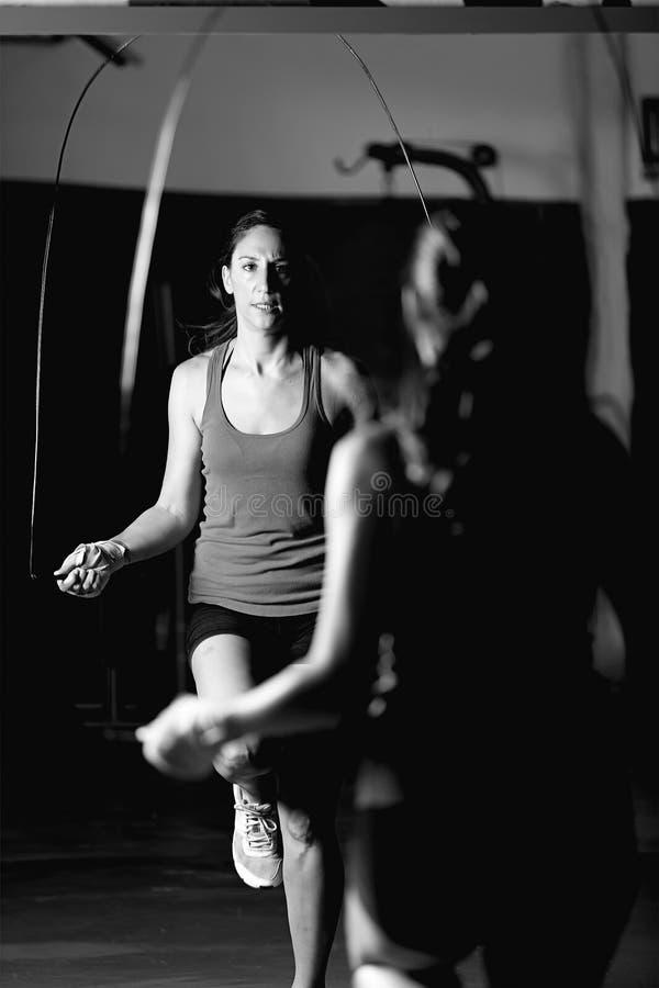 Kobiety skokowa arkana na bokserskim szkoleniu fotografia stock