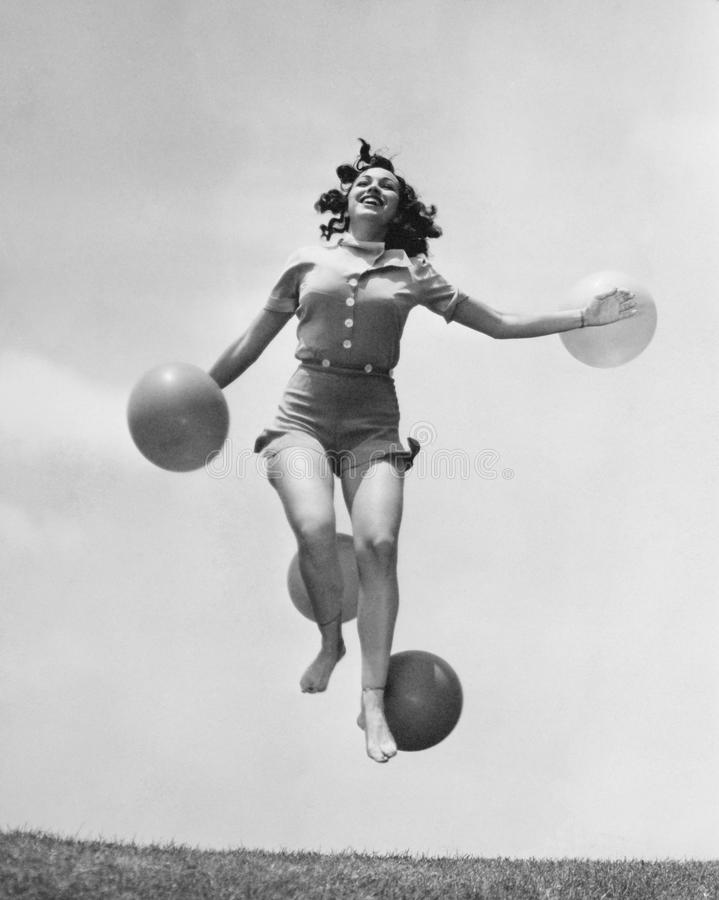 Kobiety skokowy outside z balonami (Wszystkie persons przedstawiający no są długiego utrzymania i żadny nieruchomość istnieje Dos zdjęcie royalty free
