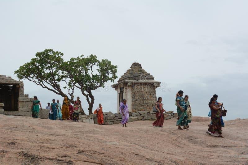 Kobiety spaceruje przy turystycznym miejscem obraz stock