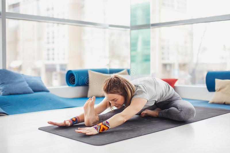 Kobiety spełniania joga poza na macie, zdrowym stylu życia i sprawności fizycznej pojęciu, fotografia stock