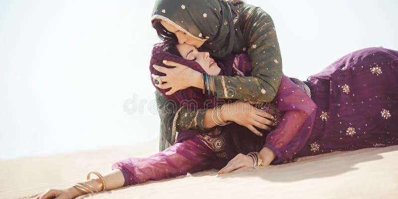 Kobiety spragnione w pustyni Nieprzewidziane okoliczność podczas podróży obraz stock