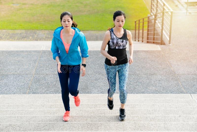 Kobiety sprawność fizyczna, gubi sadło, jogging treningu pojęcie zdjęcie stock