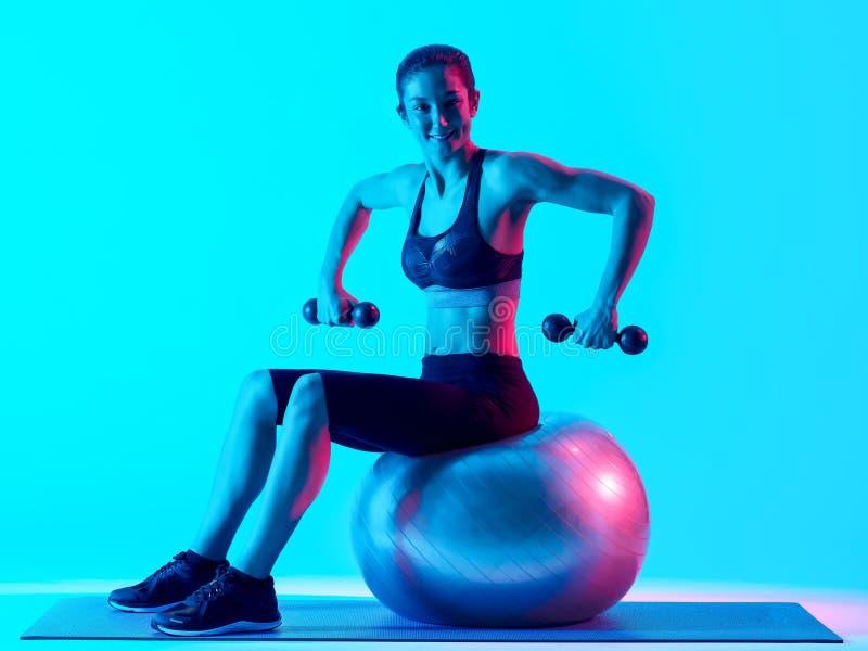 Kobiety sprawno?ci fizycznej pilates exercsing exercices odizolowywaj?cy zdjęcia stock