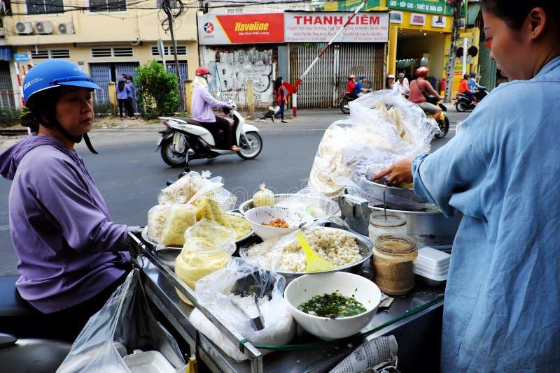 Kobiety sprzedają kleistej kukurudzy dla śniadania na furze, popularny Wietnamski uliczny jedzenie dla śniadania zdjęcia royalty free