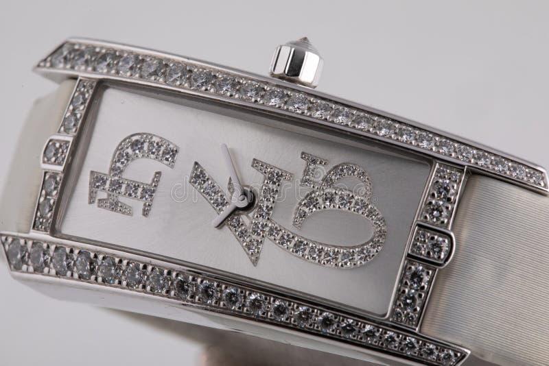 Kobiety srebra zegarek z popielatą tarczą, osrebrza clockwise, obramiać kamienie z białą sukienną patką, zdjęcia stock