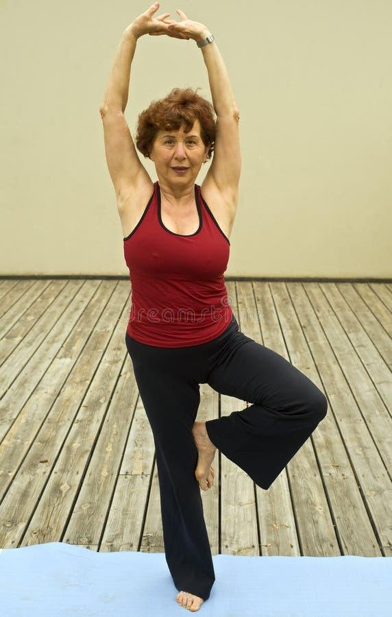 kobiety starszy joga obrazy stock