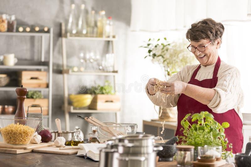 Kobiety starszy kucharstwo fotografia stock