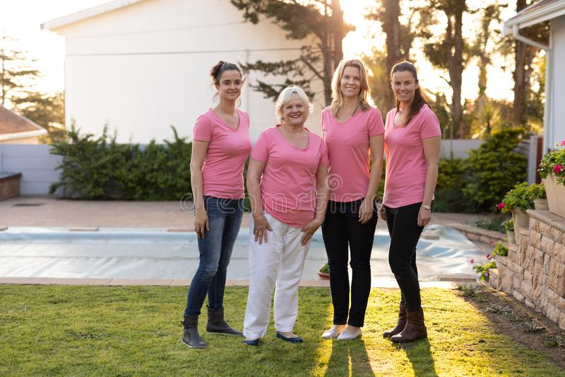 Kobiety stoi do nowotworu piersi obraz royalty free