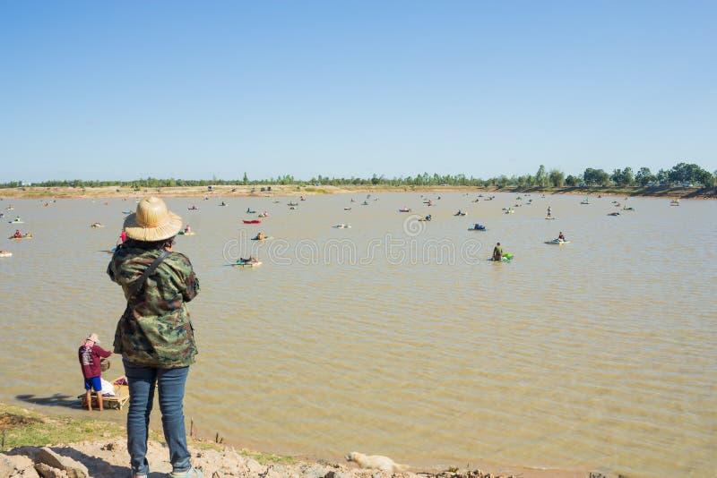 kobiety stoi jeziorem zdjęcie stock