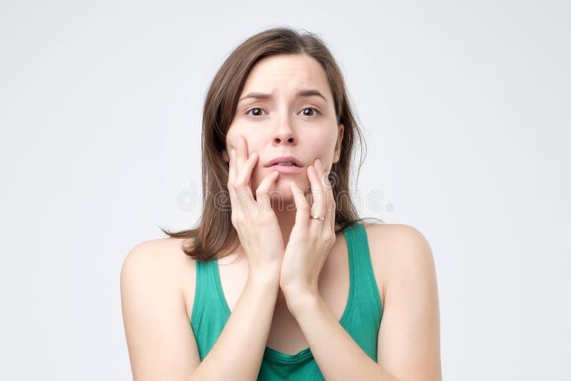 Kobiety straszący, przestraszony i niespokojny gryzienie, jej palców gwoździe, patrzeje kamerę zdjęcia stock