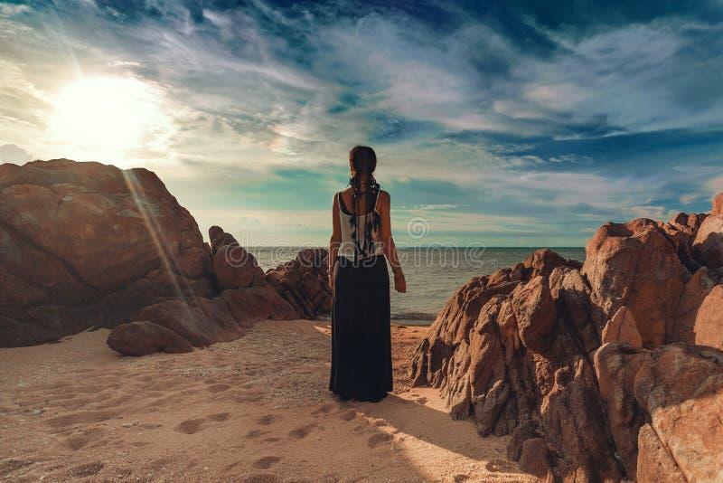 Kobiety sylwetka na plaży przy zmierzchem obrazy stock