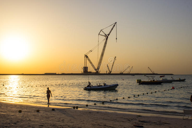 Kobiety sylwetka przy plażowym zmierzchem obraz stock