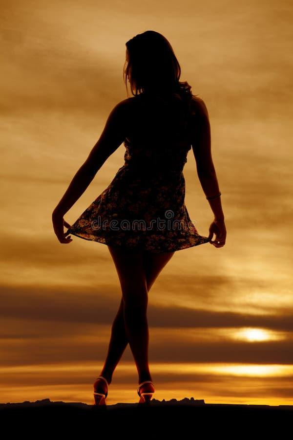 Kobiety sylwetka trzyma out spódnicowy obraz stock