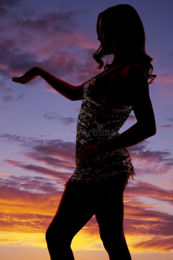 Kobiety sylwetki strony ręki out błyszcząca suknia zdjęcia stock