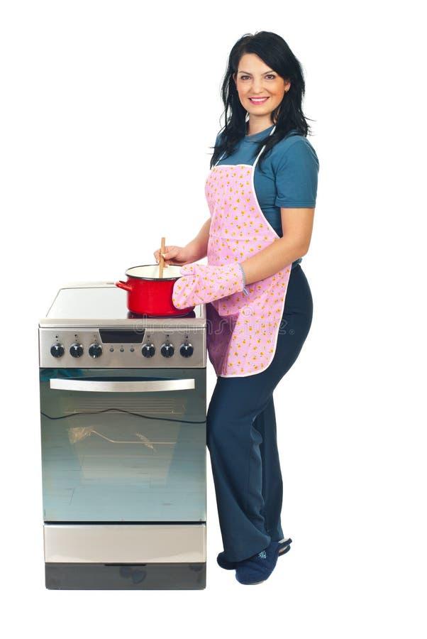 Kobiety szczęśliwy kucharstwo obrazy stock