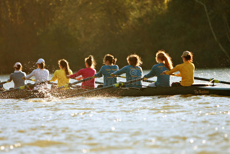 Kobiety szkoły wyższa załoga drużyna Wiosłuje Na Atlanta rzece obraz royalty free