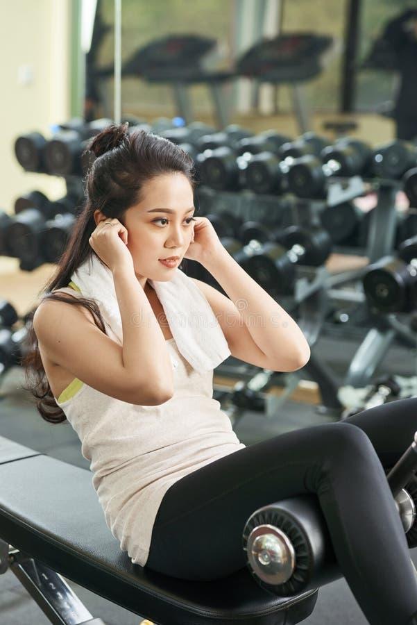 Kobiety szkolenie w gym obrazy stock
