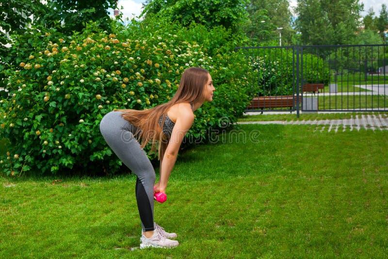 Kobiety szkolenie w parku obrazy royalty free